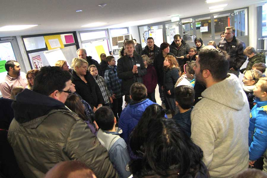 Der Schulleiter Clemens Rethschulte begrüßt die Gäste.